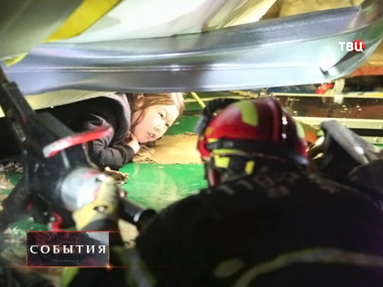 Спасатели оказывают помощь людям в Корее