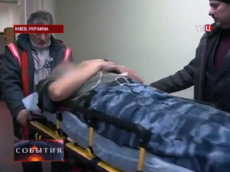 Раненый в уличных столкновениях в Киеве милиционер