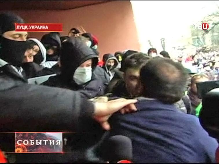 Протестующие захватывают административные здания на Украине