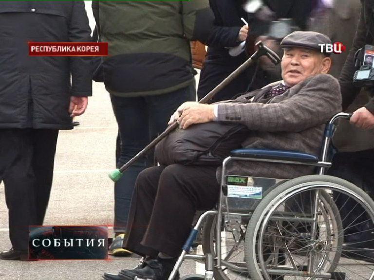 Пожилой кореец ожидает встречу с родственниками