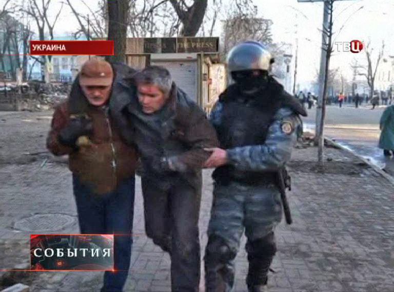"""Бойцы """"Беркута"""" выводят пострадавших с улиц Киева"""
