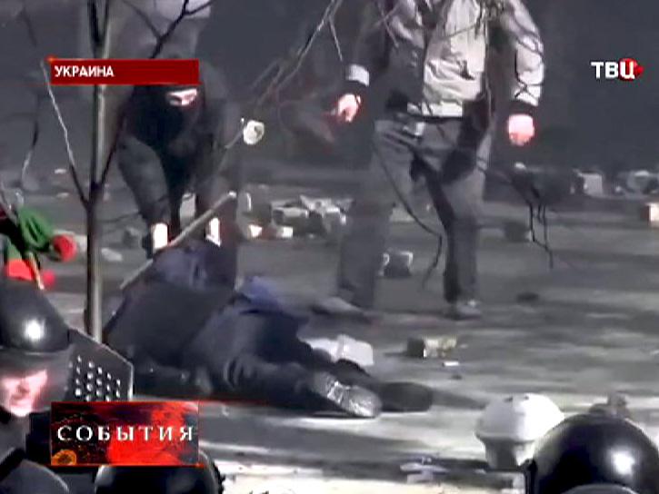 """Бойцы """"Беркута"""" выносят раненого товарища с улиц Киева"""