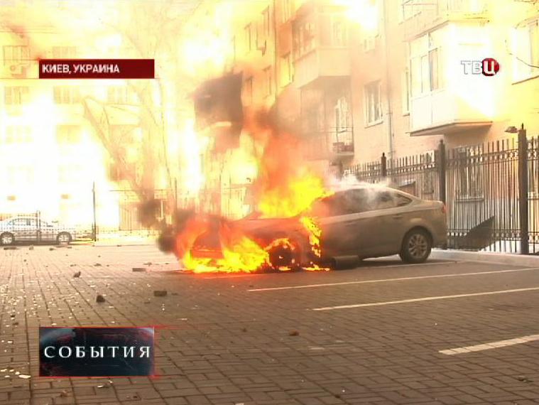 Горящий автомобиль на улице Киева