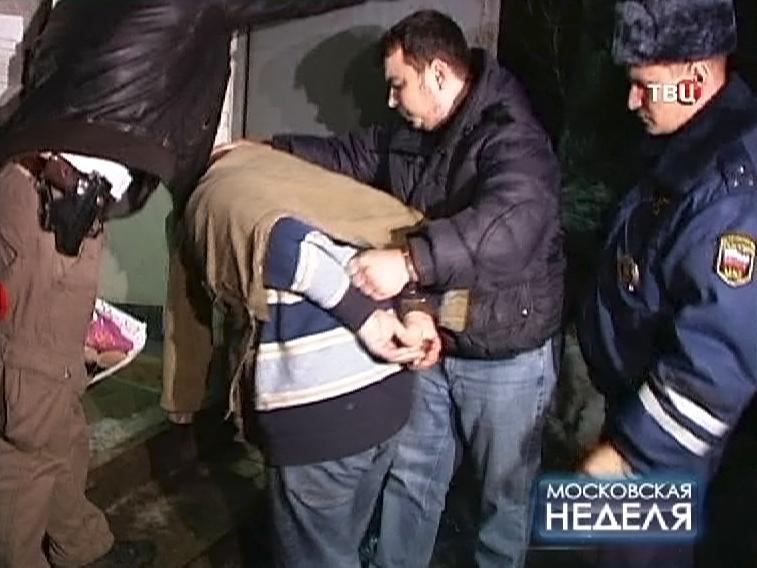 Полицейские ведут задержанного