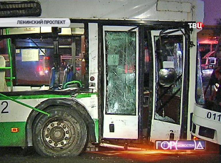 Столкновение фуры с рейсовым автобусом на Ленинском проспекте