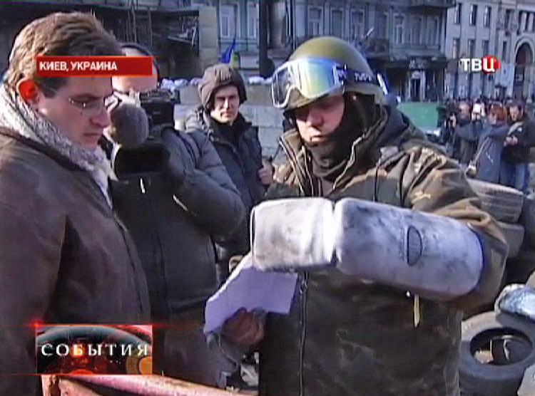 """Боевик демонстрирует бумагу с адресами бойцов """"Беркута"""""""