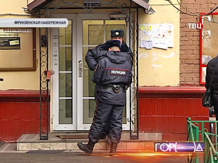 Сотрудники полиции у подъезда дома, где было совершено ограбление квартиры