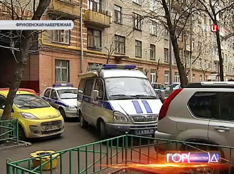 Наряд полиции во дворе дома, где было совершено ограбление квартиры