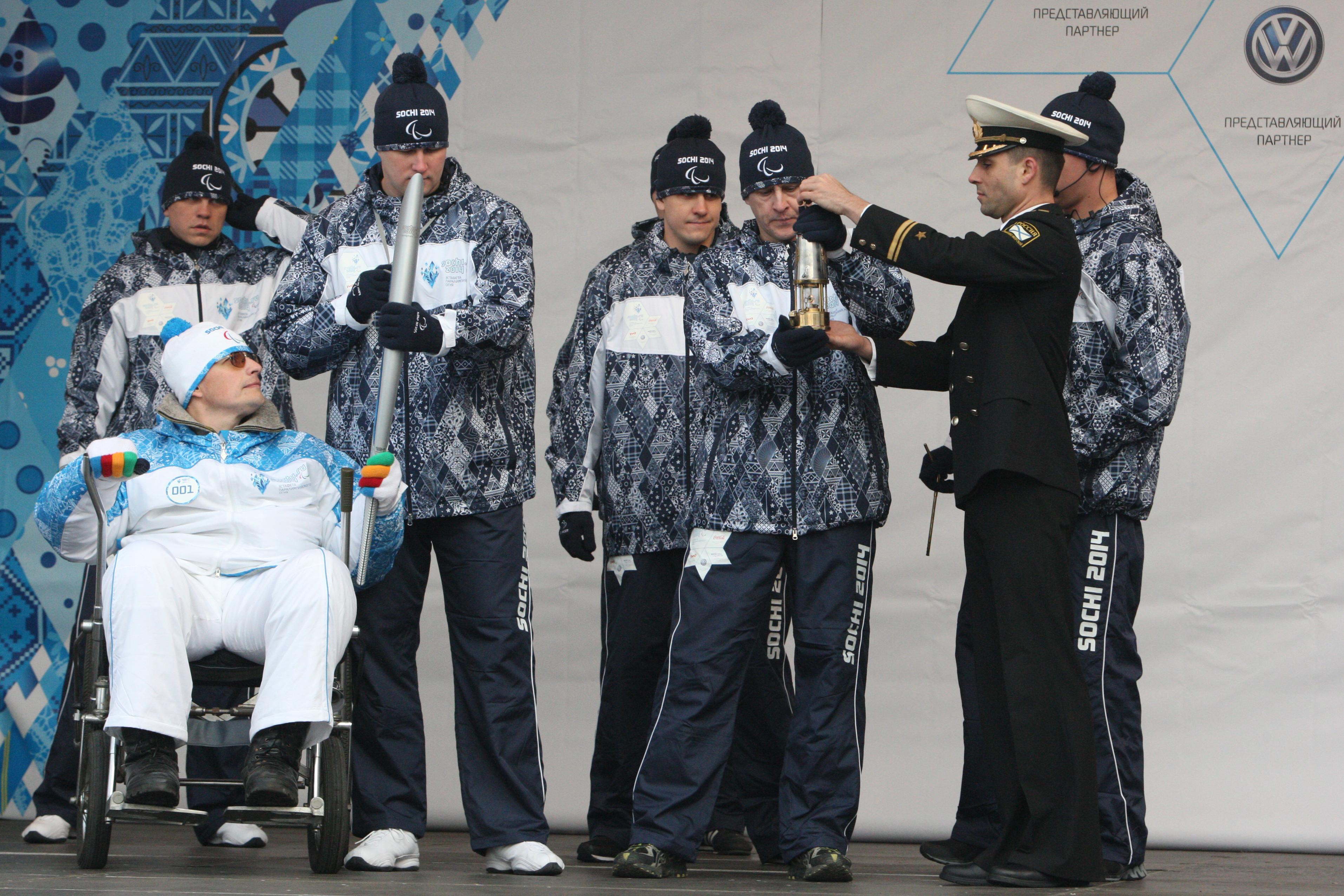 Факелоносец Руслан Чуканов во время эстафеты Паралимпийского огня во Владивостоке