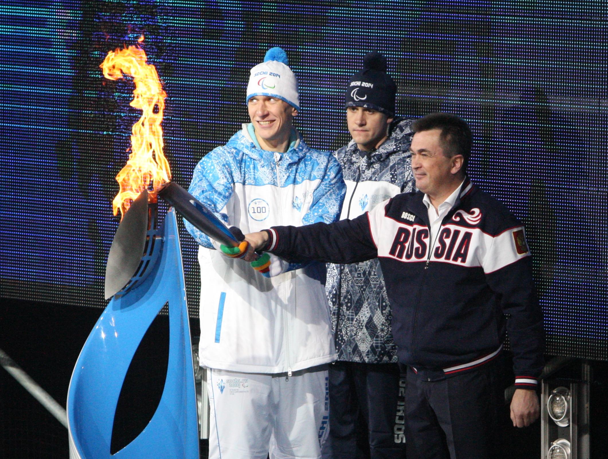 Факелоносец Виталий Оботин во время эстафеты Паралимпийского огня во Владивостоке