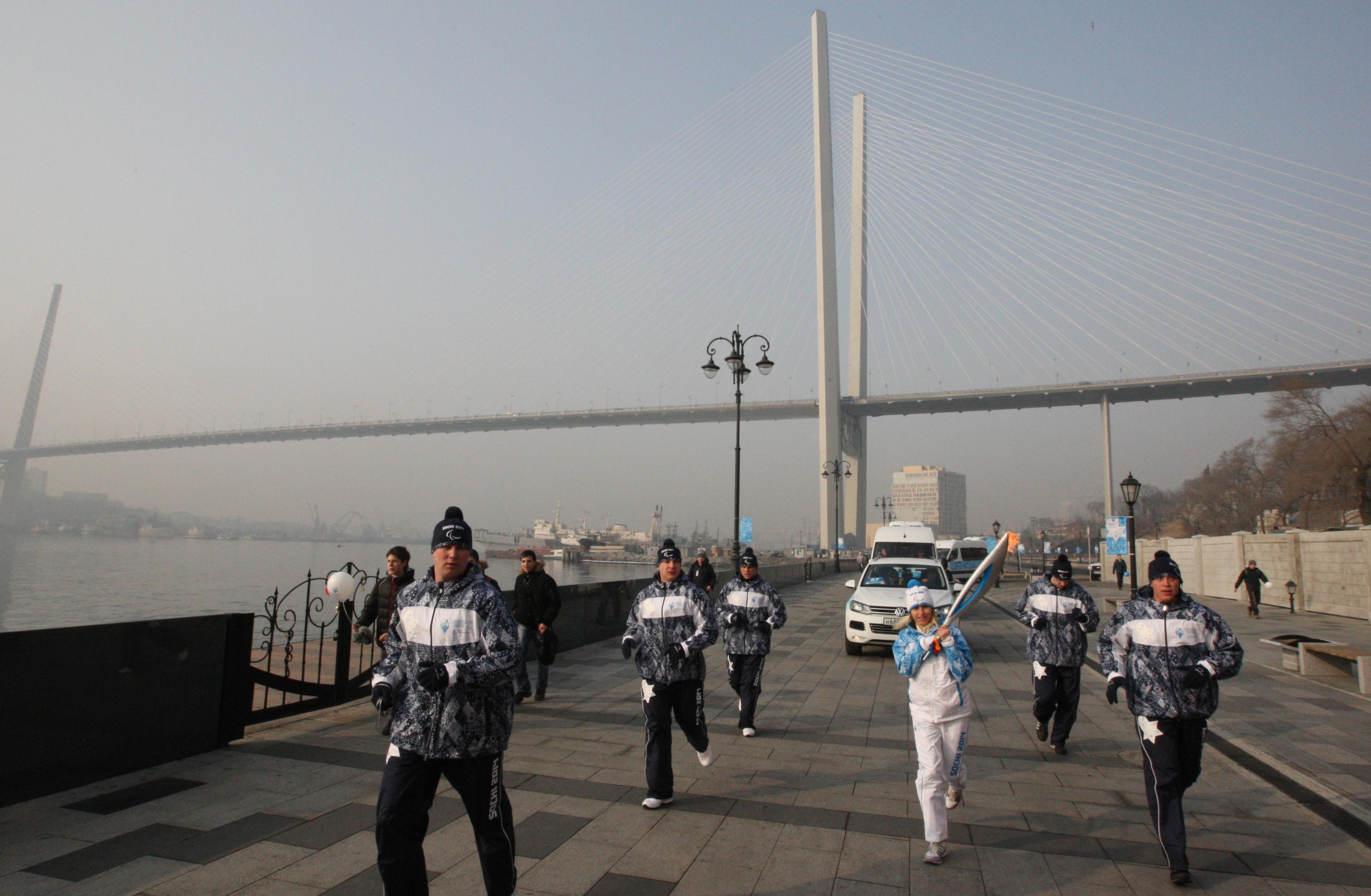 Факелоносец во время эстафеты Паралимпийского огня во Владивостоке