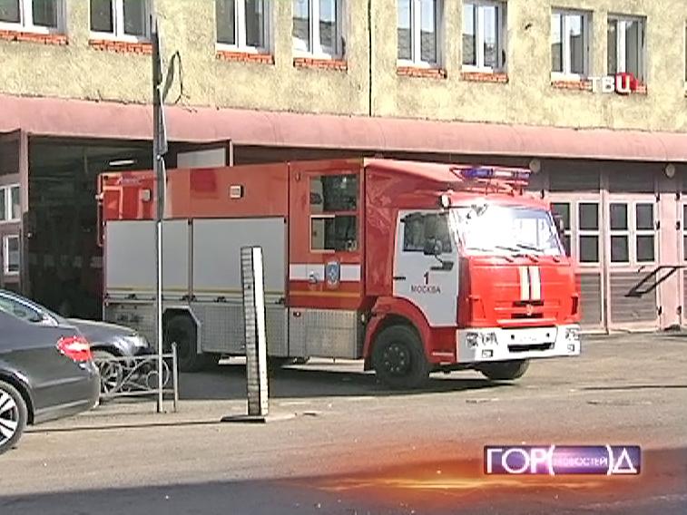 Пожарная машина у школы №518