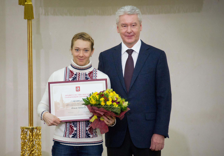 Мэр Москвы Сергей Собянин и серебряный призер Олимпийских игр в биатлоне Ольга Зайцева