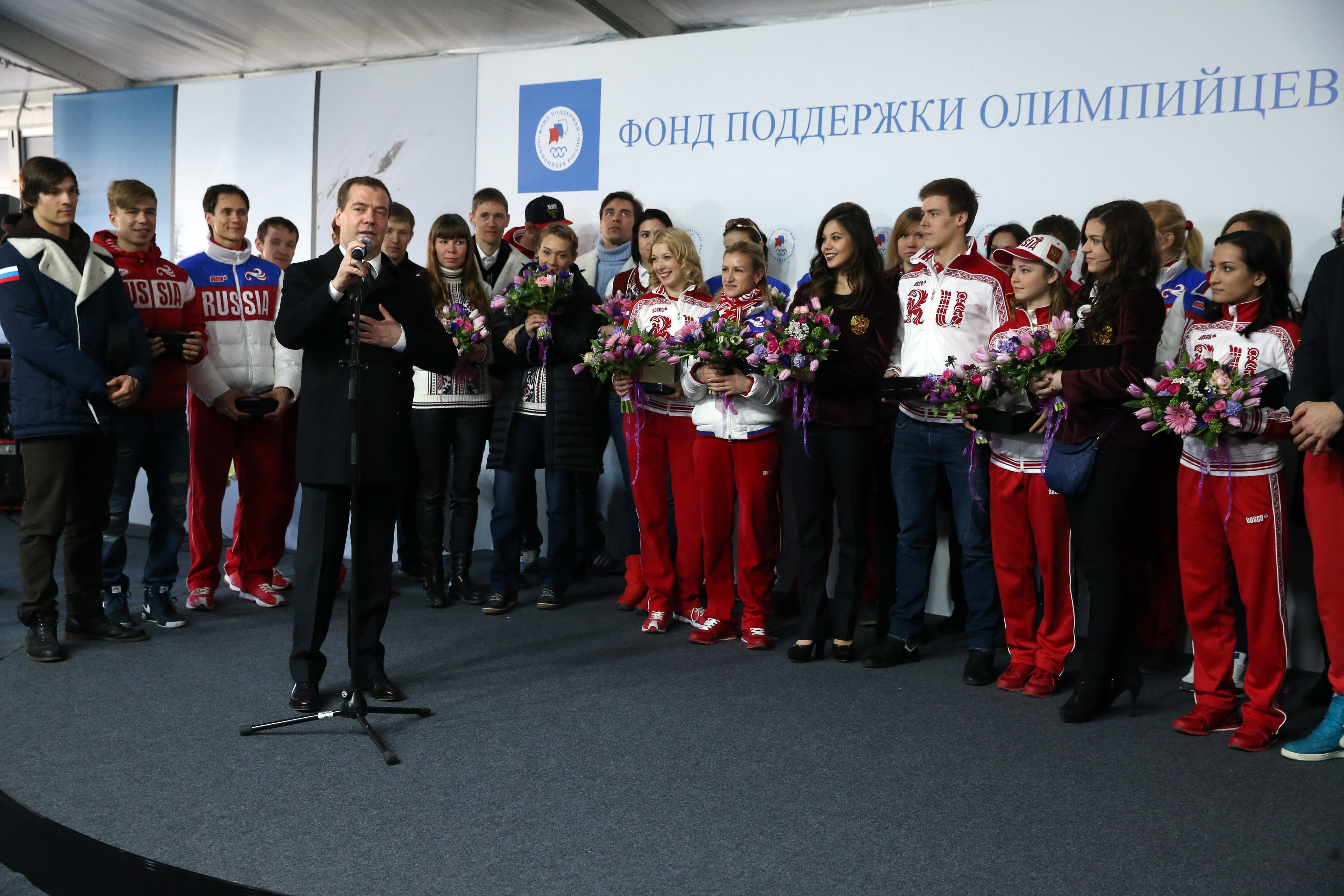 Дмитрий Медведев на Красной площади во время церемонии вручения Фондом поддержки олимпийцев России автомобилей победителям и призерам ХХII Олимпийских зимних игр 2014 года в Сочи