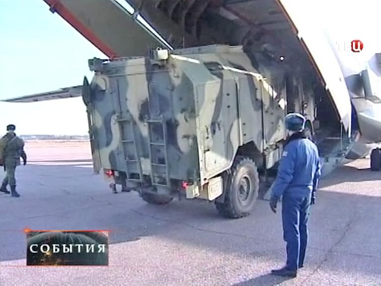 Погрузка военной техники в самолет