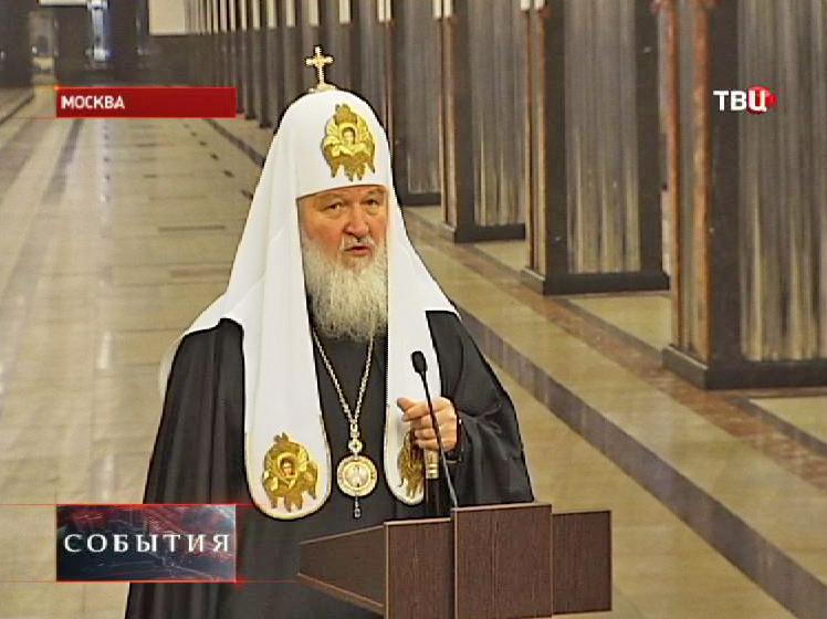 """Патриарх Кирилл в вестибюле станции метро """"Маяковская"""""""