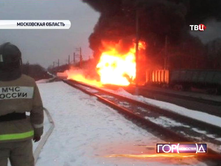 Спасатели МЧС на месте схода с рельсов вагонов грузового поезда