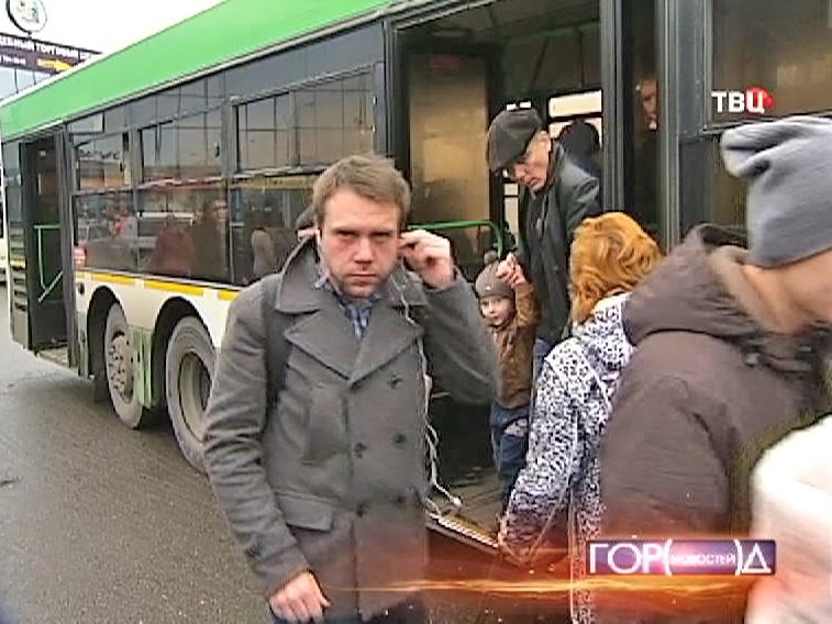 Пассажиры выходят из автобуса