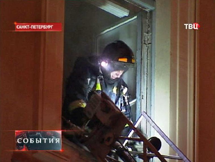 Пожарные на месте возгорания в здании Академии художеств в Петербурге