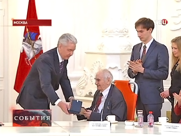 """Сергей Собянин вручает награду """"Почетному реставратору"""""""