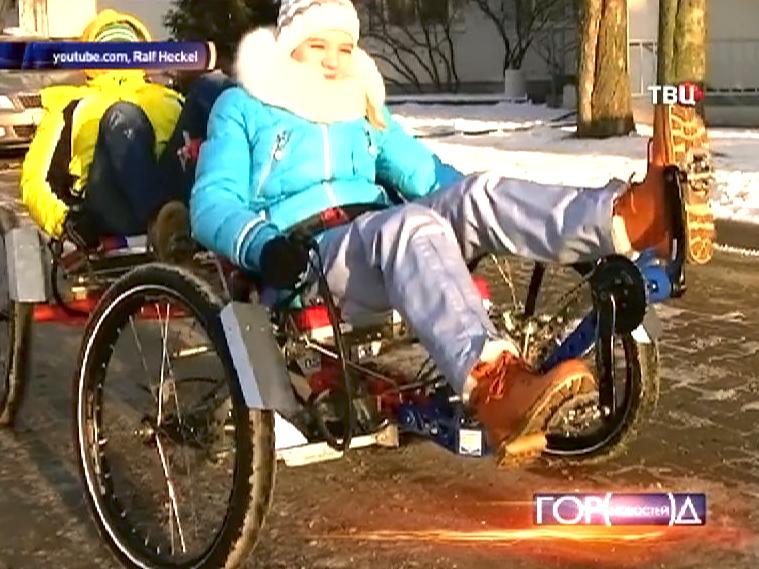 Московская школьница едет на специальной коляске для передвижения по другим планетам
