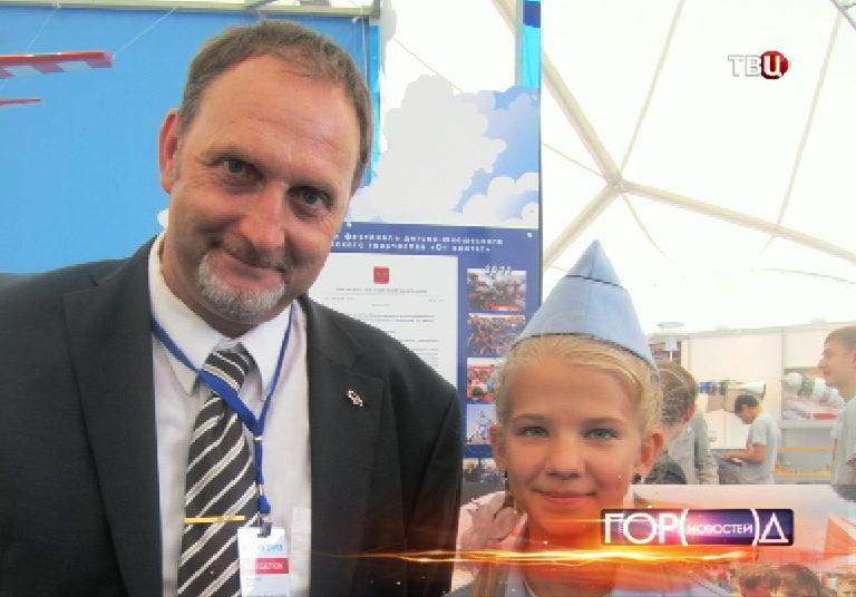 Катя Трушева на конкурсе молодых конструкторов во время авиасалона МАКС-2013