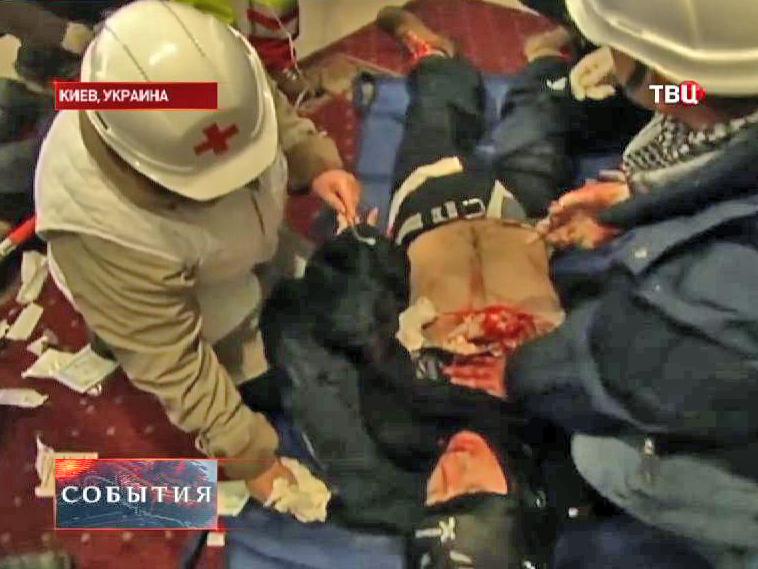 Раненный активист во время уличных беспорядков в Киеве
