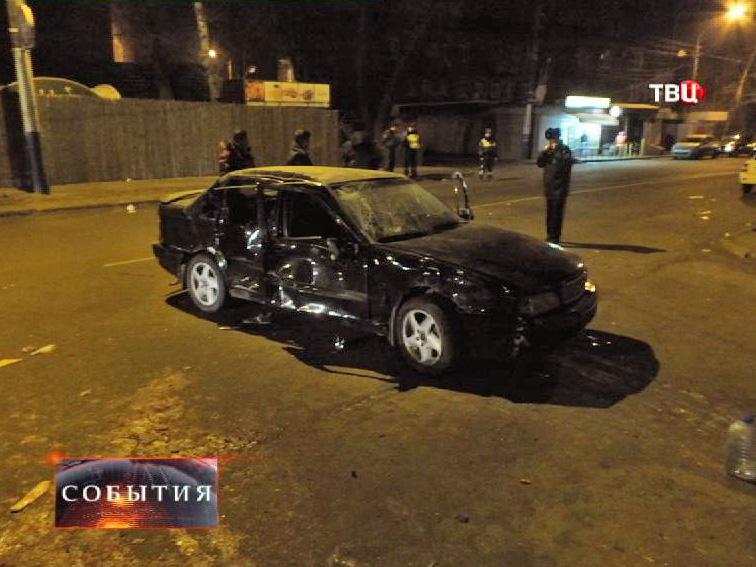 Разбитая машина на месте ДТП