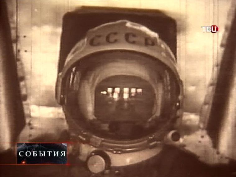 Юрий Гагарин на тренажёре для космонавтов
