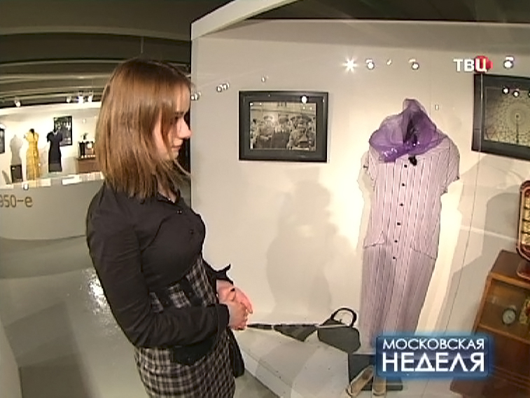 Посетители музея Москвы осматривыют экспозицию