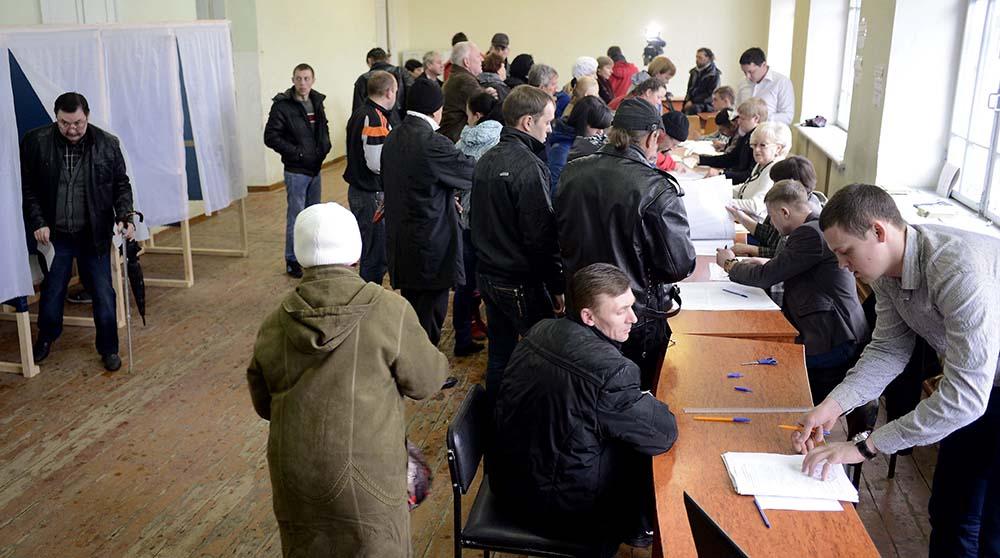 Голосование на одном из избирательных участков Крыма