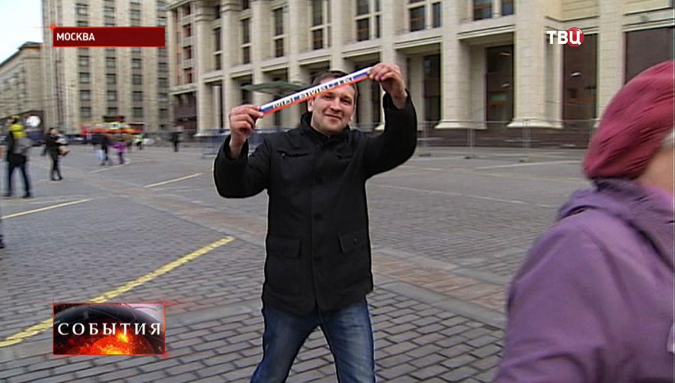 """Московские студенты раздают ленточки с изображением триколора и надписью """"Мы вместе"""""""
