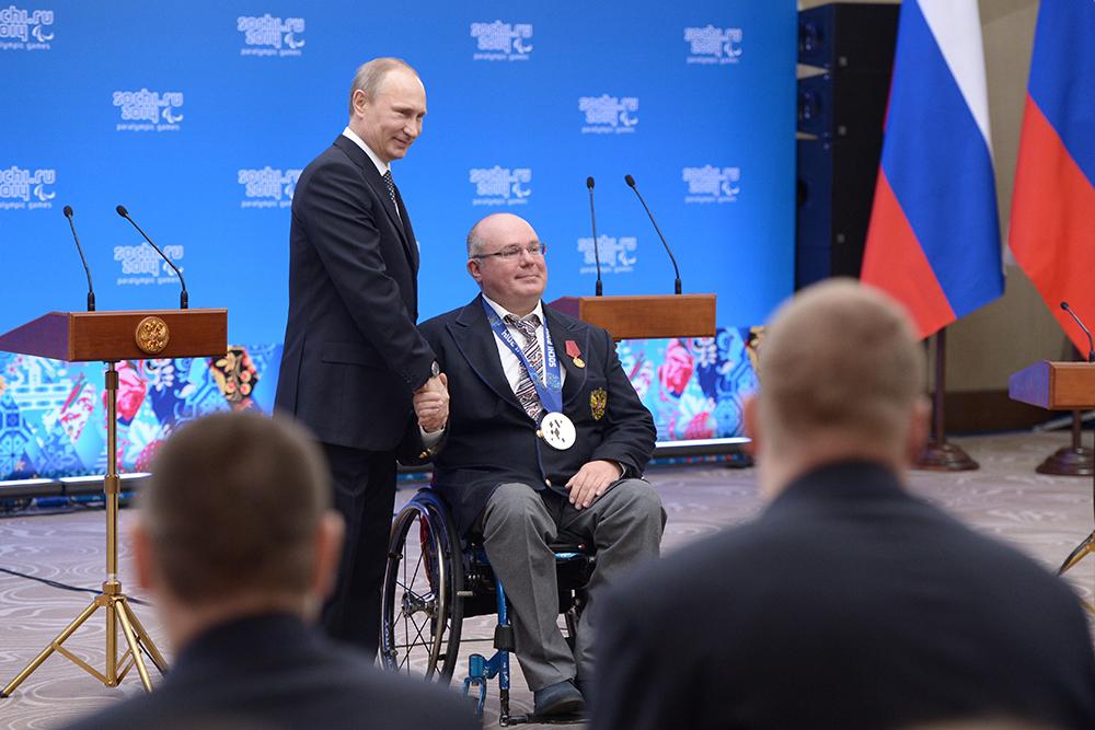 Президент России Владимир Путин и керлингист Андрей Смирнов на церемонии вручения государственных наград спортсменам паралимпийской сборной России