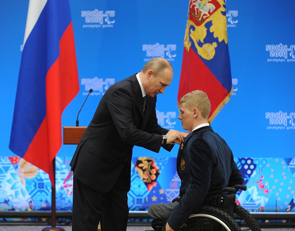 Президент России Владимир Путин и паралимпийский чемпион в биатлоне и лыжных гонках Григорий Мурыгин