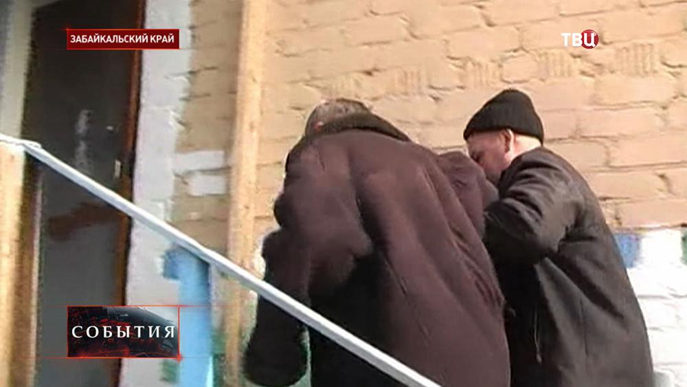 Ведут пострадавшего от отравления алкоголем в Забайкальском крае