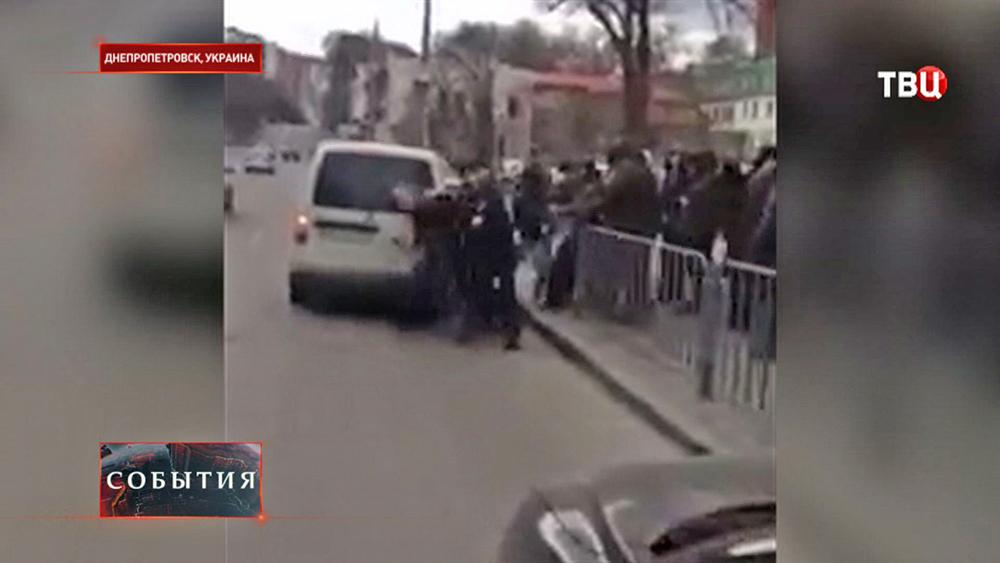 """Радикалы из """"Правого сектора"""" напали на людей в Днепропетровске"""