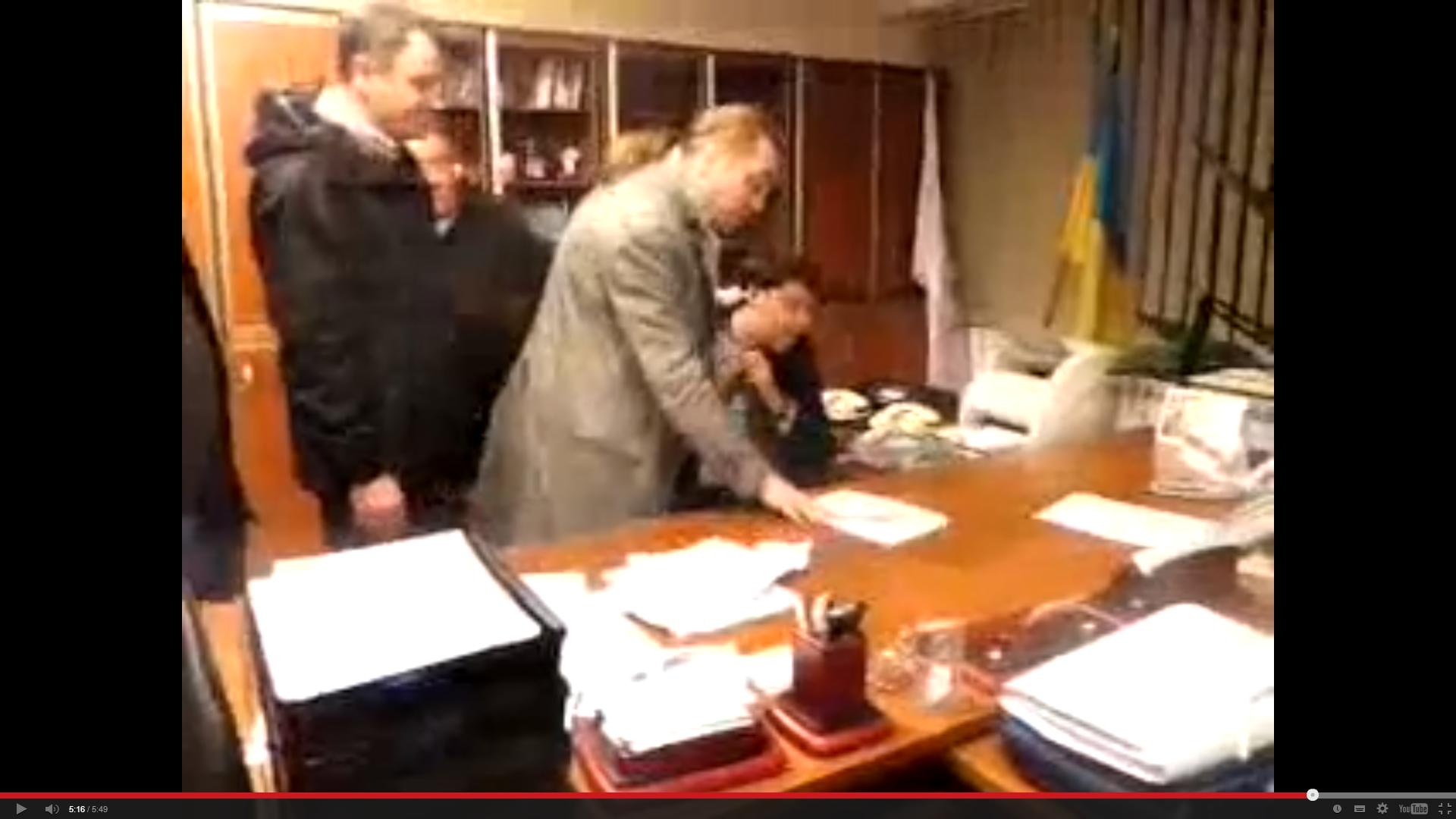 """Депутаты от партии """"Свобода"""" избивают главу Первого национального канала Украины"""