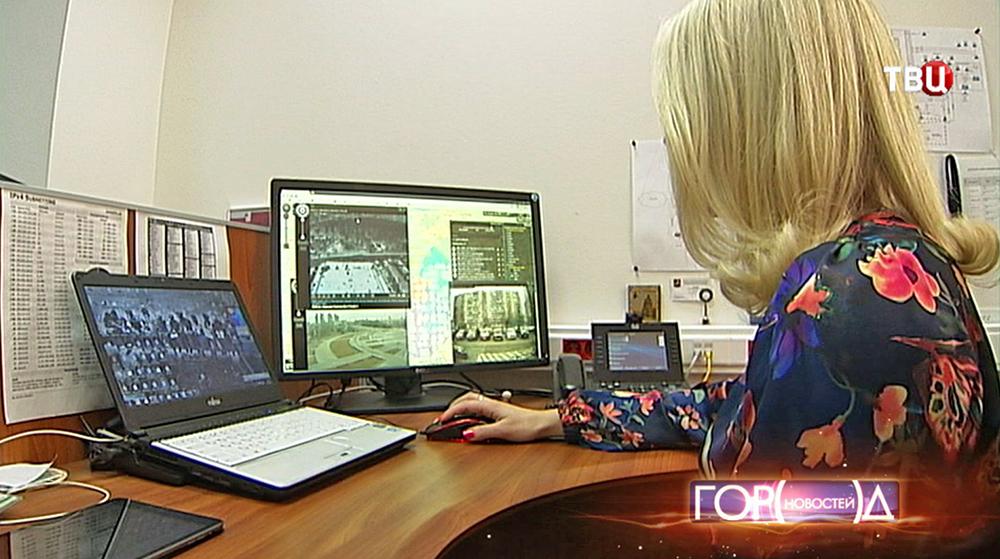Оператор отсматривает съемку с камер видеонаблюдения
