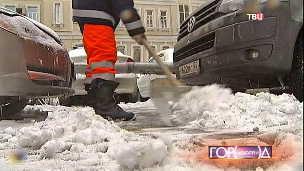 Коммунальщики убирают улицы после снегопада