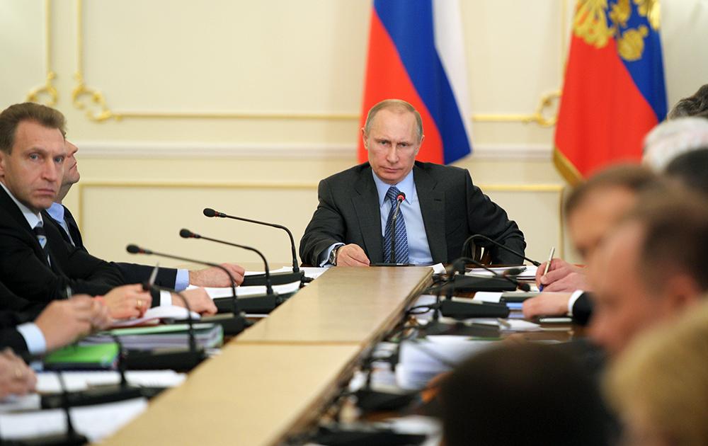 Президент России Владимир Путин провел совещание с членами правительства РФ