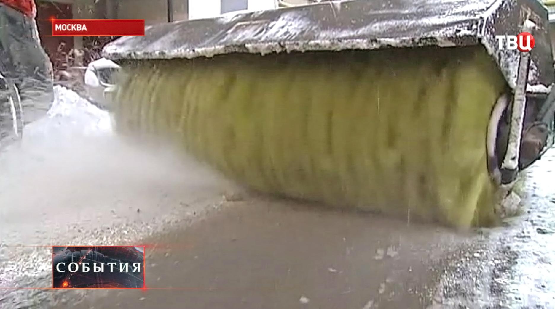 Снегоуборочная техника прометает улицы Москвы
