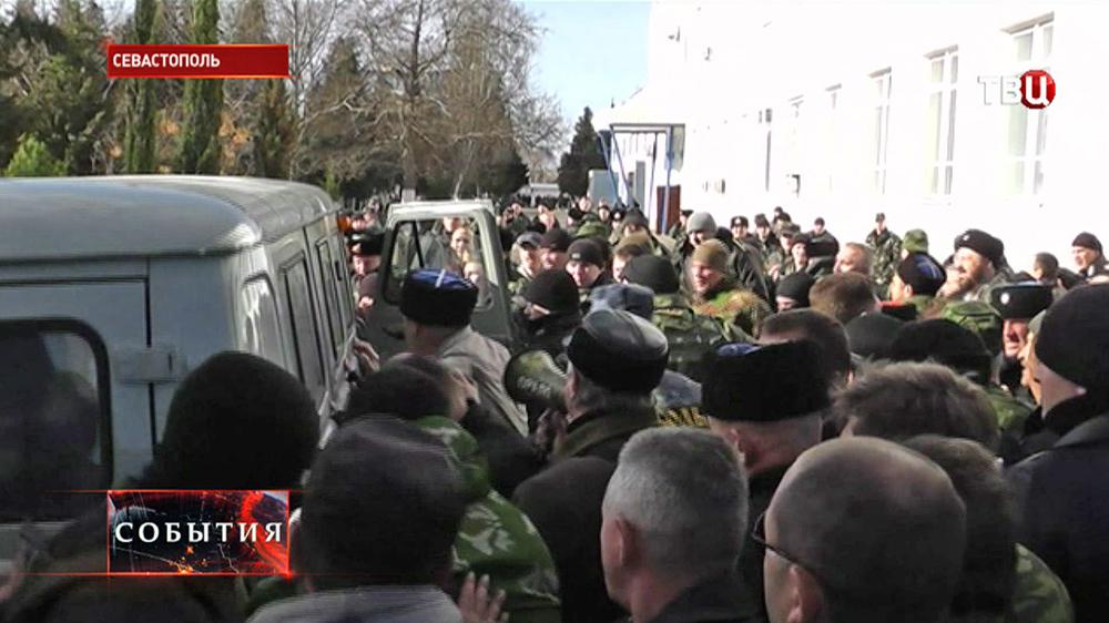 Митинги возле штаба ВМС Украины в Севастополе