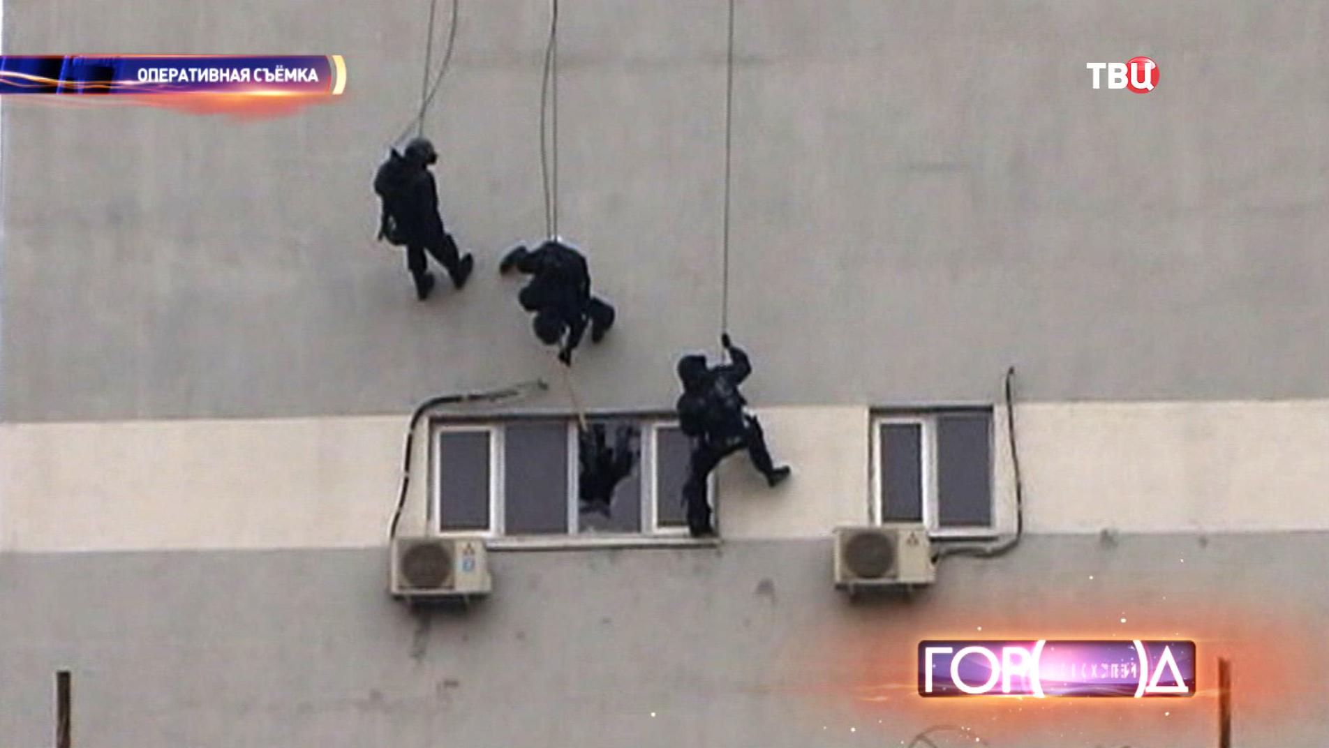 Спецназ штурмует офис мошенников