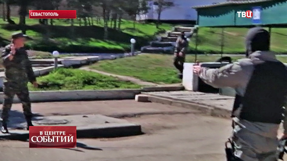 Украинский военный и бойцы самообороны Крыма