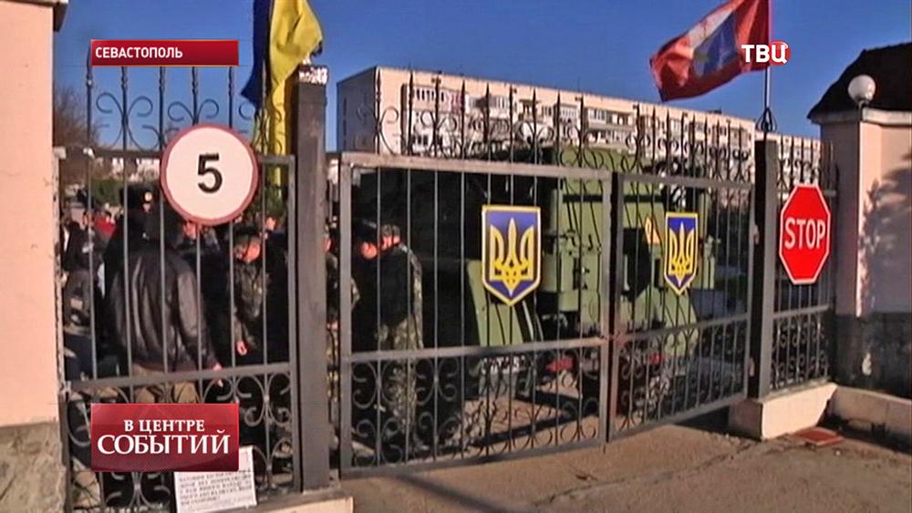 Украинские военные закрыли ворота авиационной базы в Бельбеке
