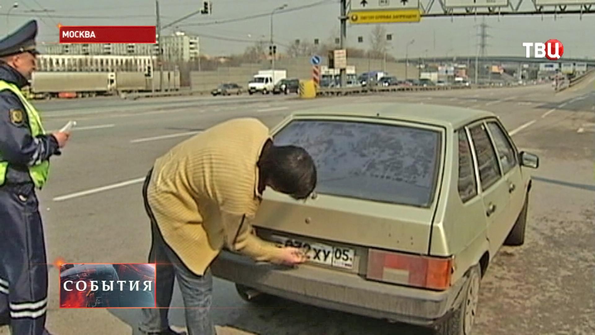 Водитель чистит номера