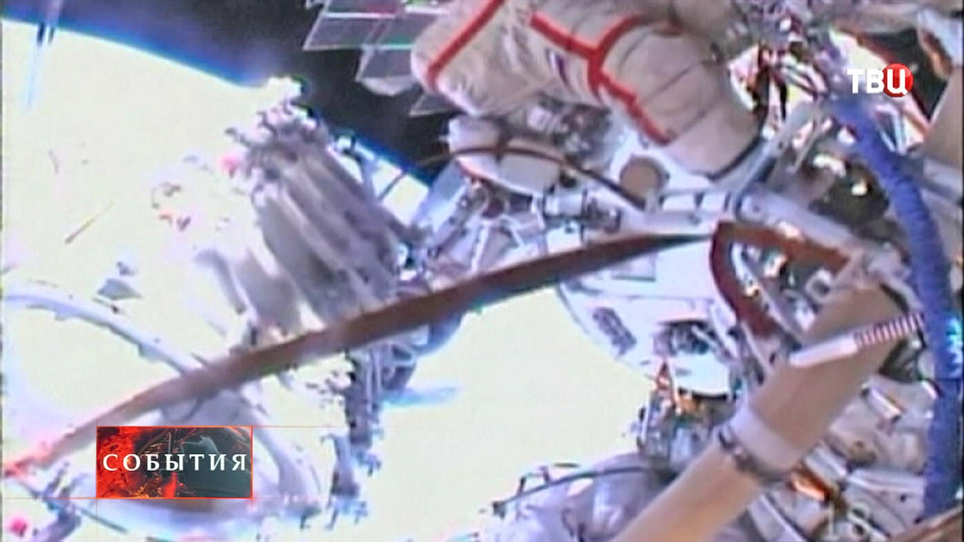 Российские космонавты в открытом космосе