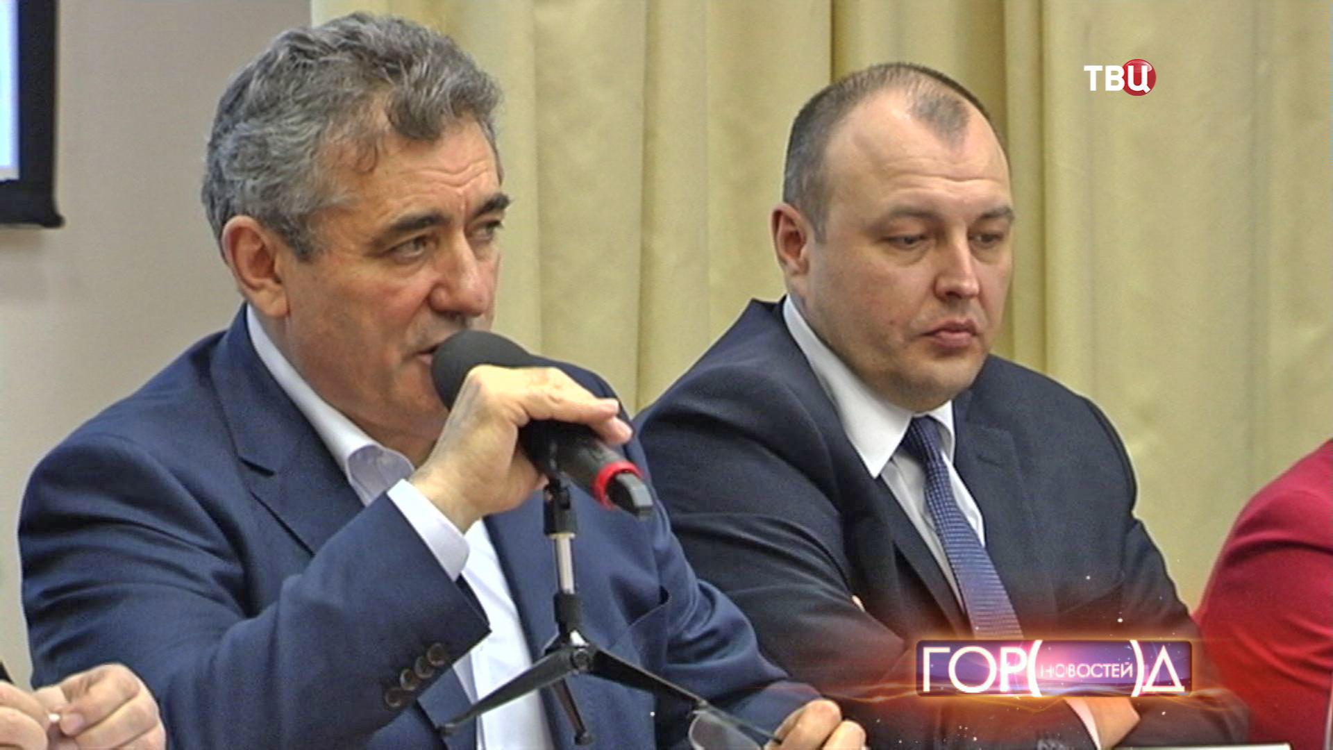 Руководитель департамента образования Исаак Калина