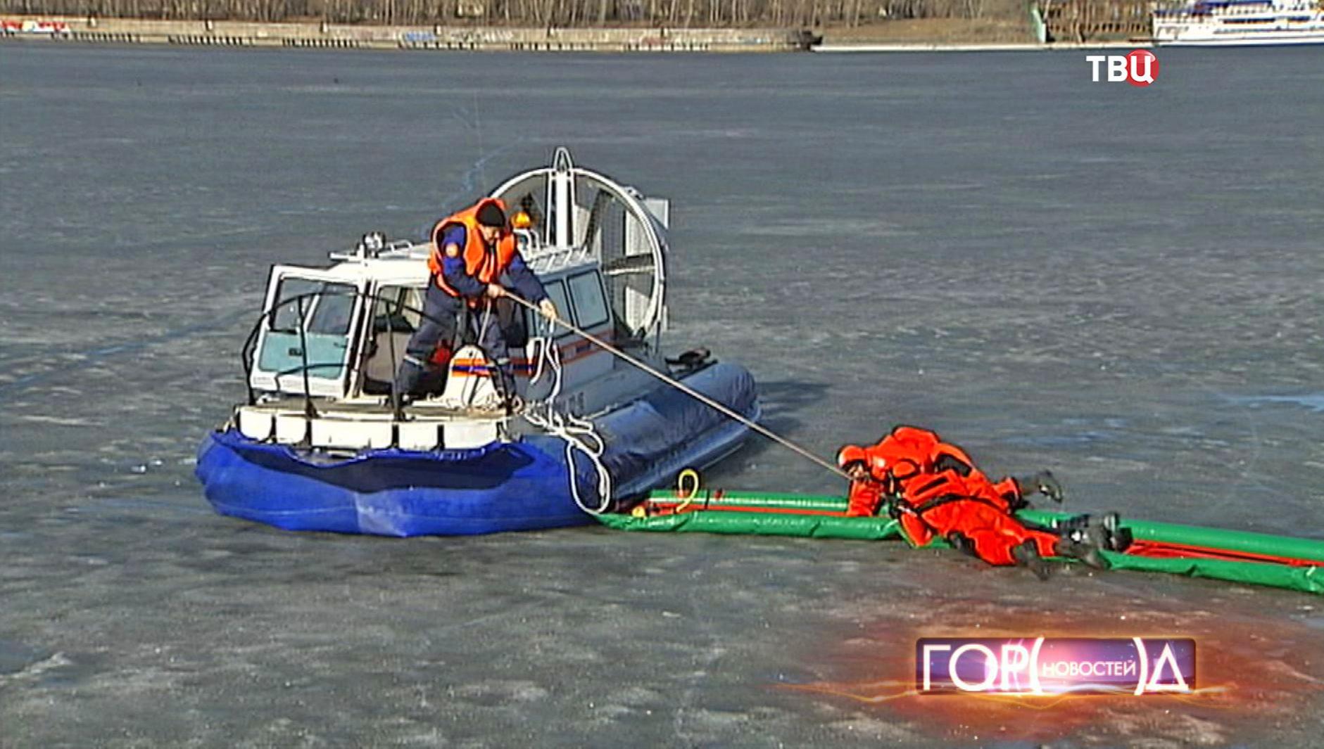 Спасатели МЧС демонстрируют спасение утопающего