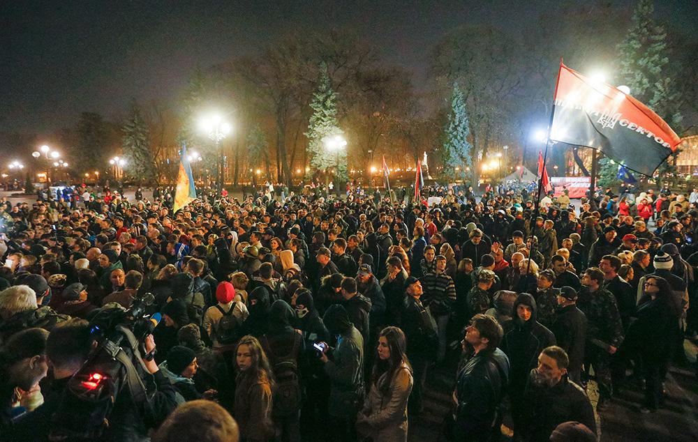 """Активисты и сторонники радикального движения """"Правый сектор"""" во время пикета у здания Верховной рады"""